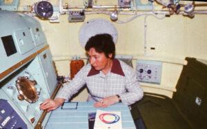 Galina Balašova v modelu orbitální sekce kosmické lodi Sojuz 19, který navrhla. Příprava letu Apollo-Sojuz 1975)