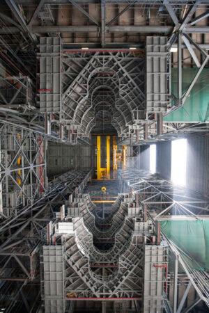 Pohled ke stropu haly VAB po nainstalování obou polovin plošin úrovně G