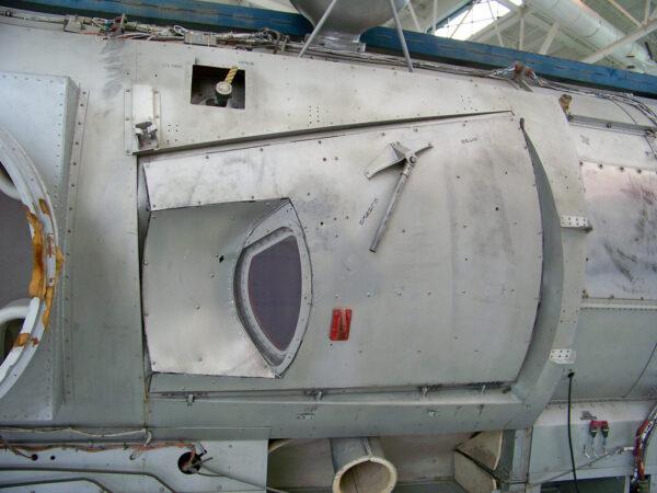 Pozůstatek programu Gemini - dveře pro výstup do prostoru