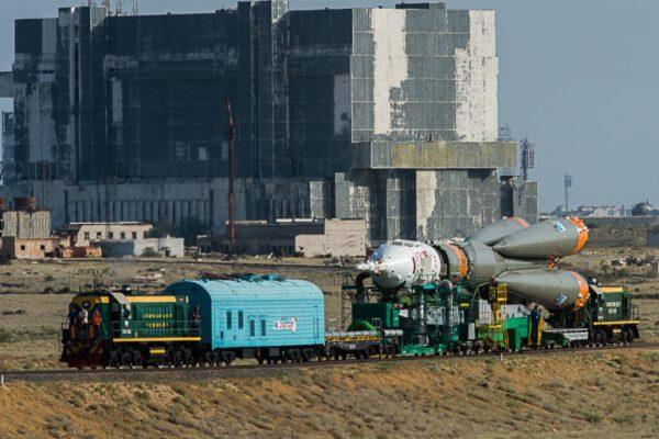 Sojuz na cestě ke startovní rampě.