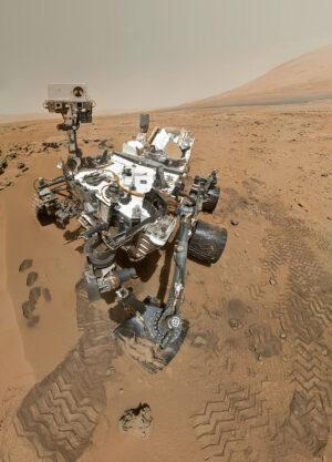 """Curiosity dokáže díky kameře MAHLI na robotickém rameni pořizovat snímky, ze kterých se potom skládají podobná """"selfíčka"""""""