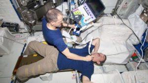 Chris Hadfield podstupuje na ISS ultrazvukové vyšetření krční tepny