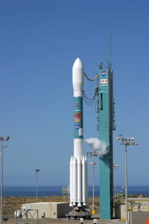 Delta II 7920 na startovní rampě s družicí Gravity Probe B