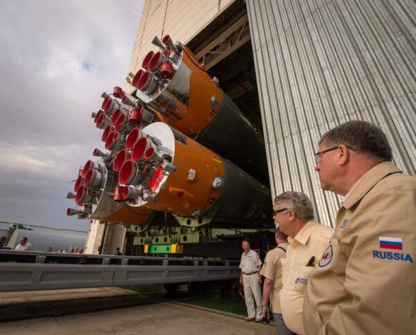 Sojuz opouští montážní halu.
