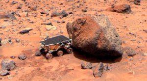 Vozítko Sojourner při analýze kamene pojmenovaného Yogi