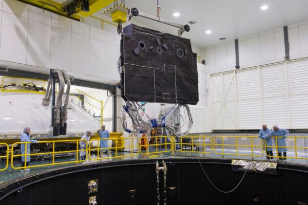 Zkoušky tepelného štítu sondy Solar Orbiter ve středisku ESTEC