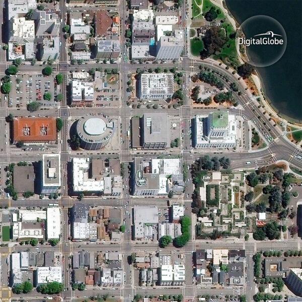 Kalifornské město Oakland vyfocené družicí WorldView 2 poté, co byla zasažena kosmickým smetím