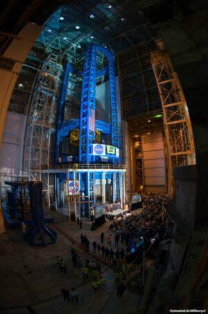 Obří svářečka Vertical Assembly Center, kde budou vznikat centrální stupně raket SLS