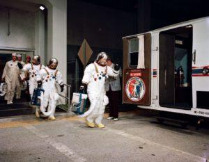 Posádka SL-3 vychází z budovy Manned Spacecraft Operations Building (vepředu Bean, za ním Garriott, vzadu Lousma)