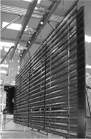 Systém koncentrátorů SCARLET u sondy Deep Space 1 (zdroj Sheila Bailey and Ryne Raffaelle: kapitola Space Solar Cells and Arrays v knize vydané nakladatelstvím John Wiley & Sons)