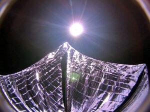 Snímek LightSail 1 zachycený po svém rozvinutí na oběžné dráze 8. června 2015 (zdroj Planetary Society)
