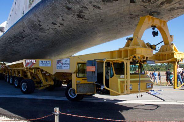 Transportér OTS ještě během převážení raketoplánu