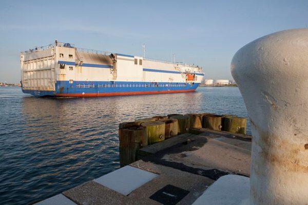 Z výrobního závodu v Alabamě vede na Floridský poloostrov nejlepší cesta lodí