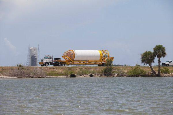 Převoz horního stupně - v pozadí je vidět rampa pro rakety Delta IV