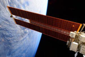 Solární panely vesmírné stanice ISS (zdroj kosmonautka Samantha Cristforetti, NASA).