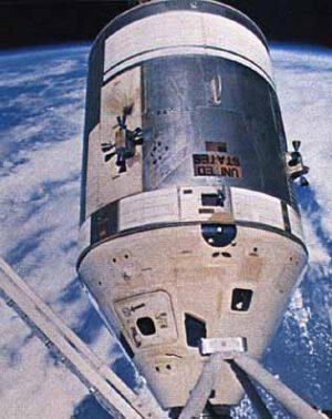 Dvě ze čtyř čtveřic orientačních motorků jsou zřetelně viditelné na válcovité servisní sekci Apolla. Povšimněte si bílého termálního nátěru na veltelské sekci. Tento nátěr měla pouze polovina sekce, která měla být spolu se Skylabem během provozu ATM přivrácena ke Slunci.