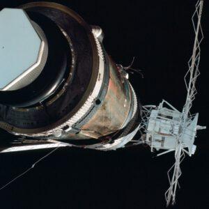 Pohled na Skylab během příletu mise SL-2. Je zjevná změna barvy mylarové fólie na trupu OWS, dole vlevo je zaklíněné křídlo slunečních baterií č. 1, nahoře uprostřed trčí kabely a dráty v místě, odkud se utrhlo křídlo č. 2.