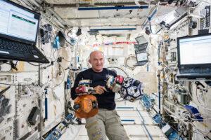 Jeff Williams s dvěma interními staničními satelity