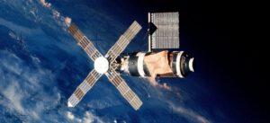 Pohled na Skylab s Parasolem, jak jej zachytila posádka při odletu.