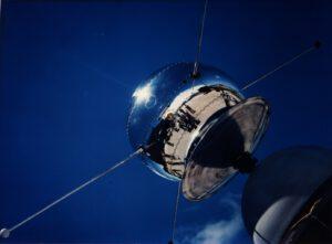 Vanguard 1 byl první družicí s fotovoltaickými články, v té době jako test (zdroj NASA)