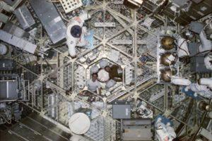 """Pohled od airlocku """"dolů"""" do OWS (v záběru pózují Gibson a Carr)..."""