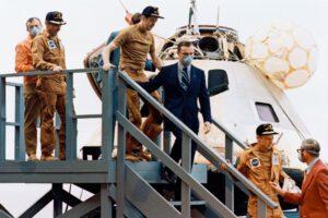 Posádka mise SL-2 opouští kabinu Apolla po 28 dnech v beztíži na vlastních nohou...