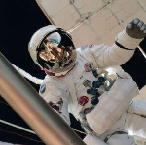 Po dvou výstupech na povrch Měsíce se Al Bean konečně dočkal i svého třetího výstupu, tentokrát do volného prostoru.