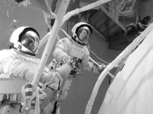 Astronauti se v oněch dnech střídali v bazénu téměř nonstop. Na snímku Ed Gibson (vlevo) a Rusty Schweickart.