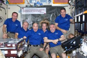 Posádka 37. dlouhodobé expedice na ISS vyplazenými jazyky vzdává čest Albertu Einsteinovi. Je otázkou,jak dlouho budou posádky šestičlenné