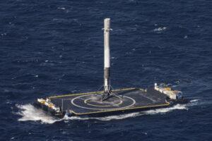 První stupeň Falconu 9, který přistál jako první v historii na mořské plošině a který bude možná jako první použitý opakovaně.