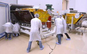 Ukládání prvních dvou družic Iridium Next do přepravního kontejneru