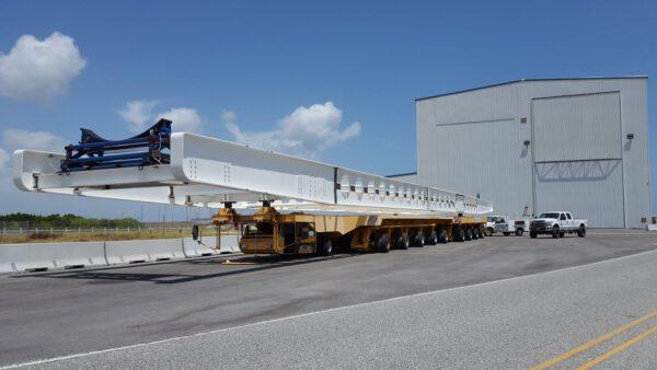 Na transportér OTS stačilo přivařit speciální kovovou konstrukci pro uchycení prvních stupňů raket Falcon 9