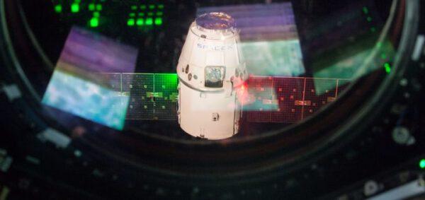 Dragon CRS-9 odlétá od Mezinárodní vesmírné stanice