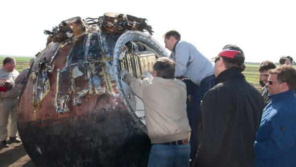 Demontáž vědecké aparatury Bion-M1 po přistání (zdroj IMBP RAN)