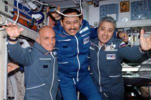 Dennis Tito (vlevo) byl prvním kosmickým turistou)