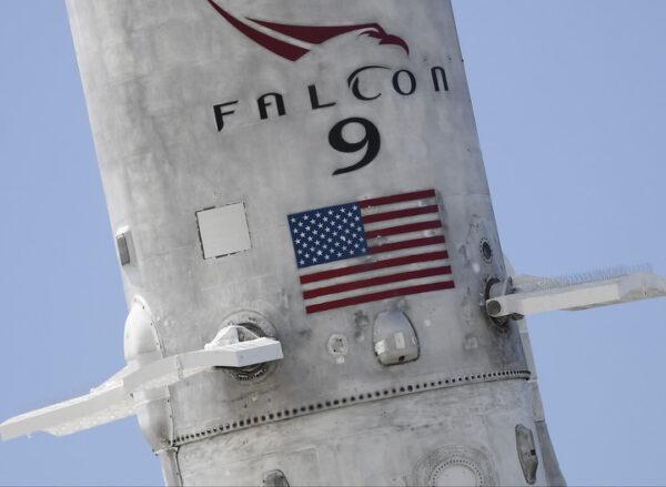 První stupeň Falconu 9 v1.2 je napřimován