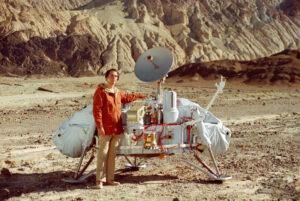 Carl Sagan u modelu přistávacího modulu Vikingu. Zdroj: NASA