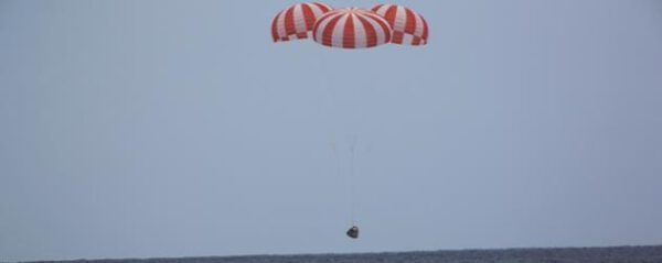Dragon CRS-9 úspěšně přistává do vln Tichého oceánu