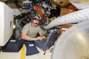 Ruský kosmonaut Oleg Artěmjev při vědeckých experimentech