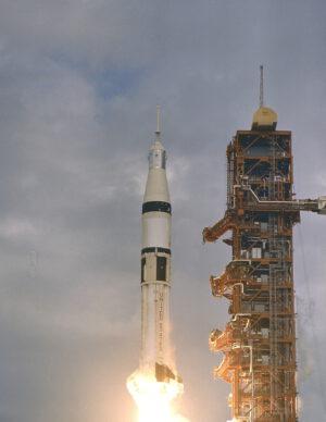 První mise ke Skylabu startuje. Jen pár miliseknd dělilo start od katastrofy...