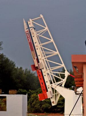 Raketa ATV připravená ke startu. Všimněte si motoru scramjet na spodní části druhého stupně.