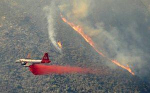Na hašení požáru se podílí i letoun Lockheed P-2V Neptune