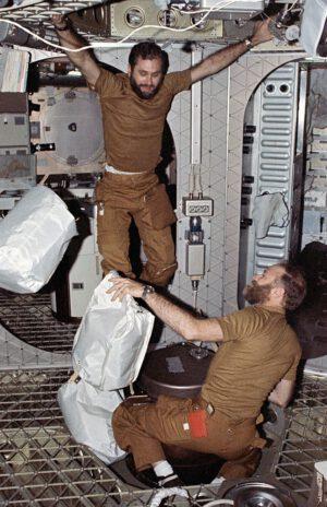 Carr (dole) a Pogue se chystají na vynášení odpadků