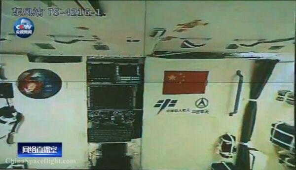 Interiér stanice Tiangong-2, vyfocený na oběžné dráze.