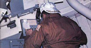 Člen posádky SL-2 při práci s komplexem EREP