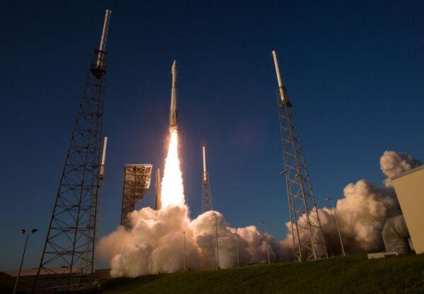 Jedna z nejpovedenějších fotek startu Atlasu V se sondou OSIRIS-REx se právem stala Snímkem dne na webu NASA.