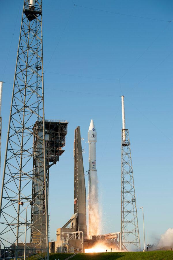 Malá tématická odbočka - povšimněte si, že vedle rampy stojí přístupová rampa pro budoucí přístup astronautů do lodi Starliner