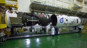 Nasouvání aerodynamického krytu na Sojuz MS-02