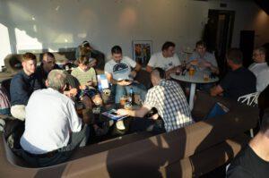 Příznivci Kosmonautixu pokračovali v neoficiální diskuzi ještě dlouho po skončení akce...