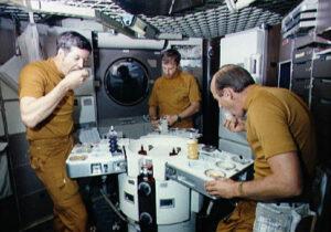 Posádka SL-2 u jídelního stolu během výcviku